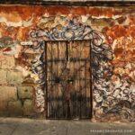 puerta antigua, fachada con grafitti, que ver en oaxaca