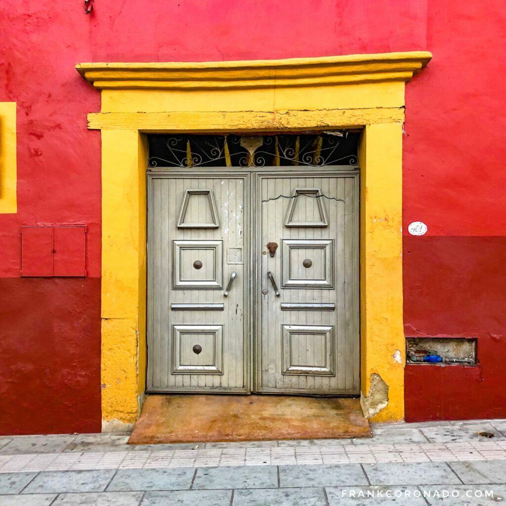 puertas antiguas, casas coloridas