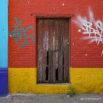 casa abandonada, pared con grafitti, centro de oaxaca