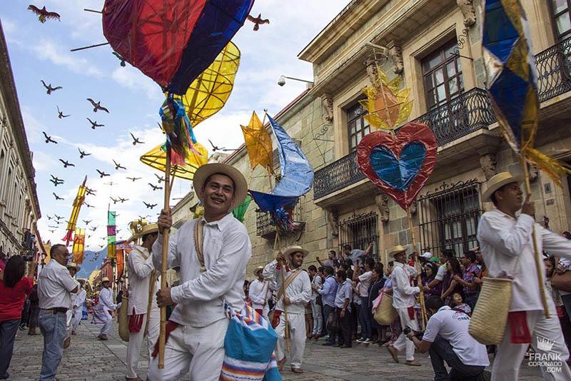 desfile de delegaciones de guelaguetza