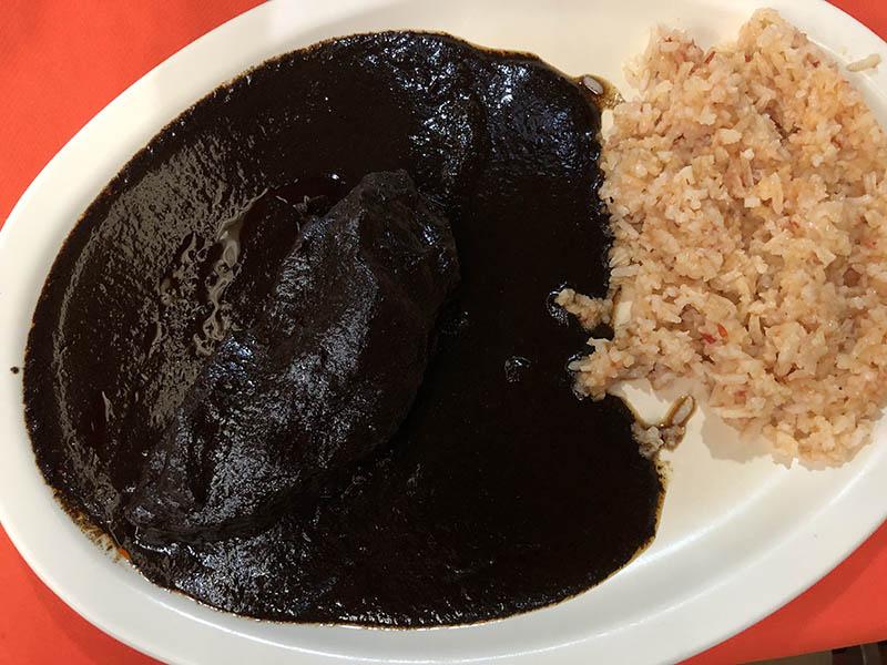 plato de mole oaxaqueño