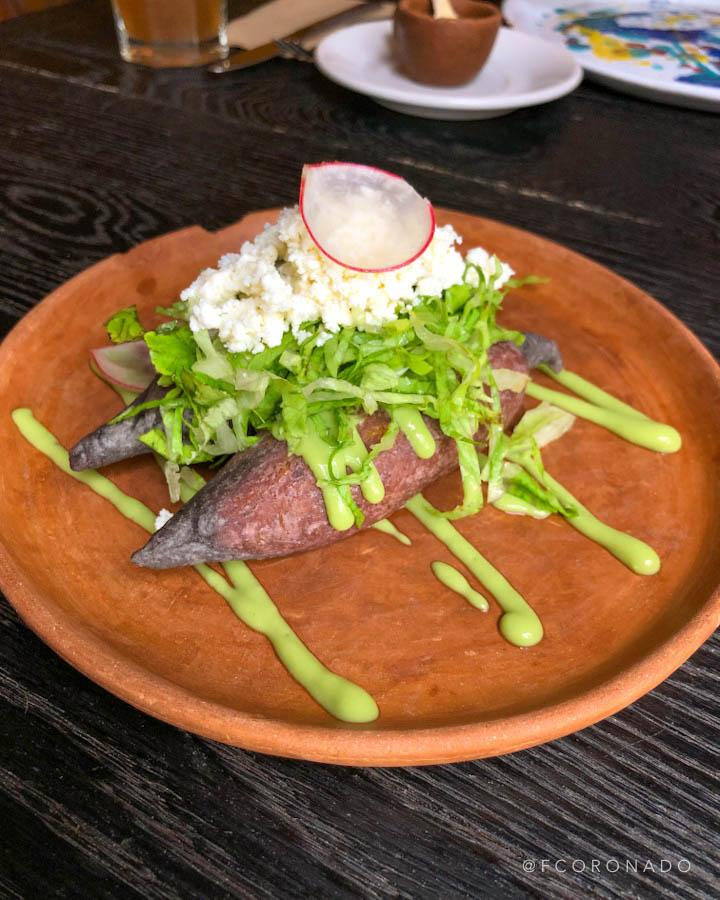 Molotes con guacamole y salsa