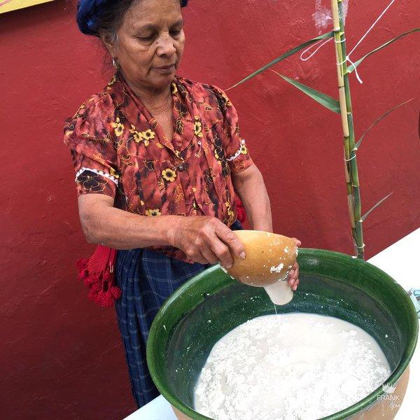 mujer elaborando tejate