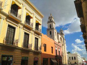 Calle y catedral de Merida Yucatán