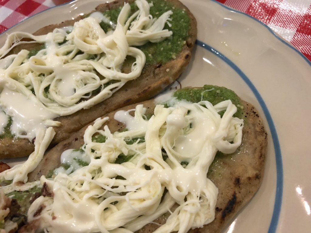 tlacloyos de Puebla con salsa verde