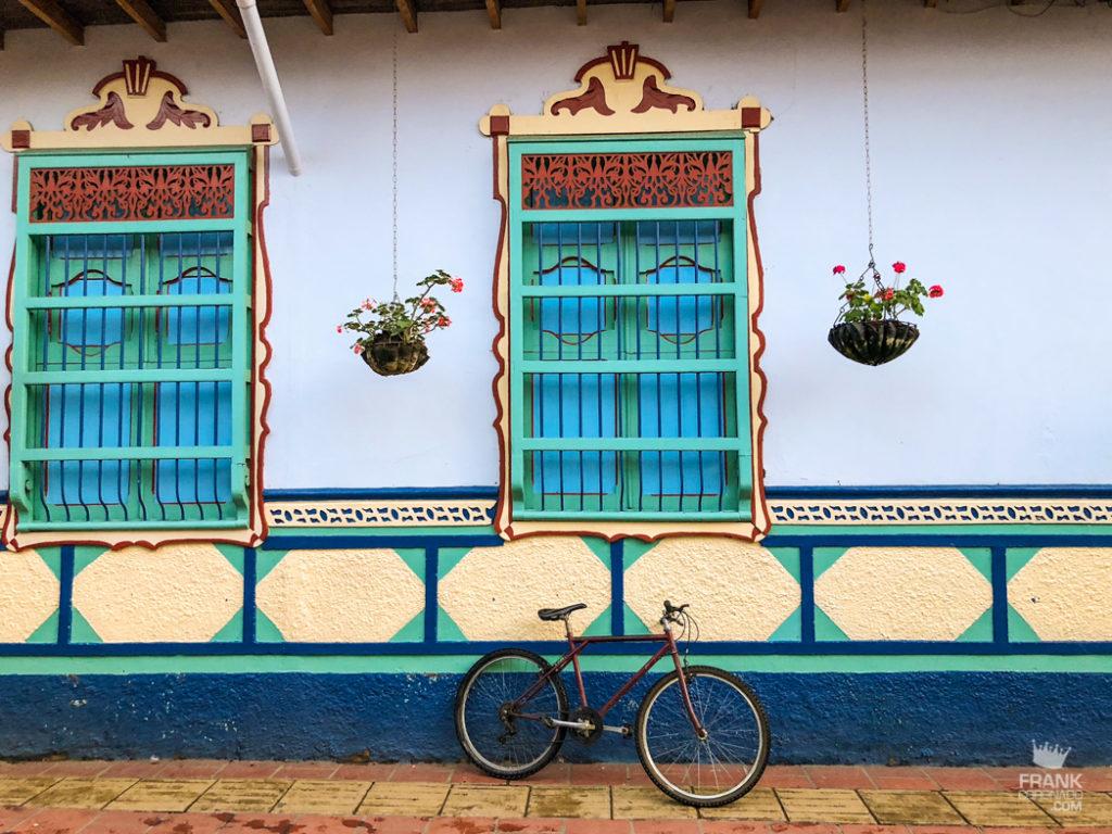 ventanas de colores en guatape colombia