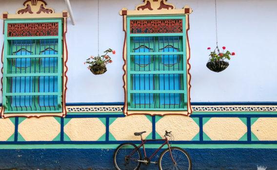 casa colores guatape colombia