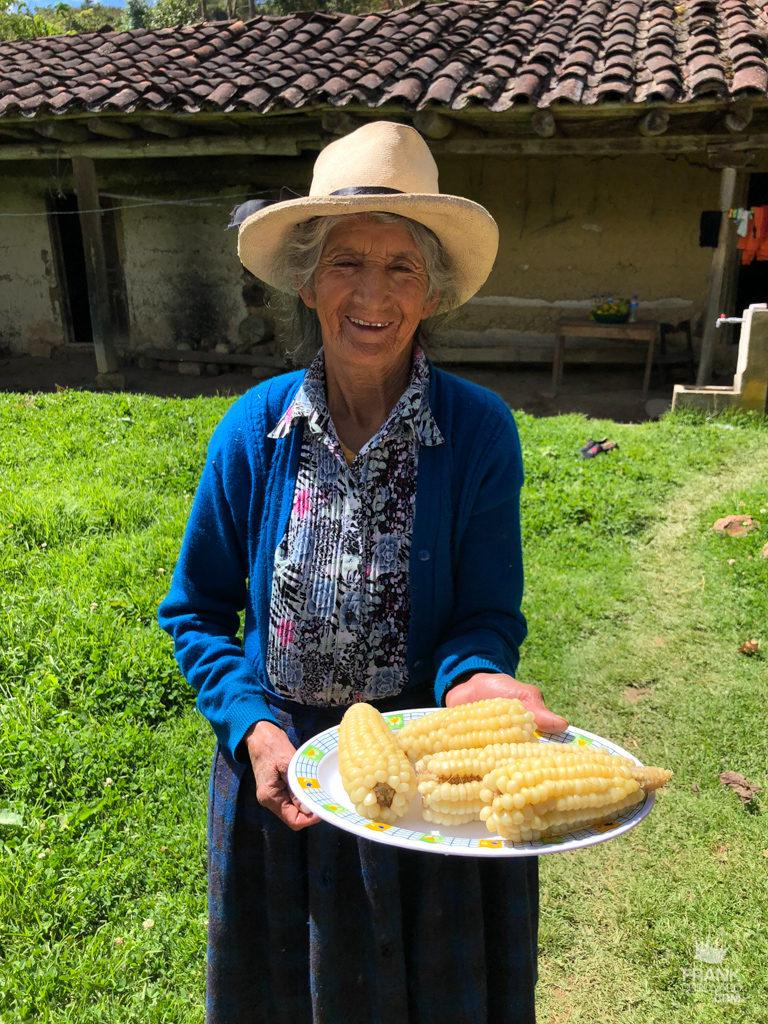 mujer vendiendo choclos en peru