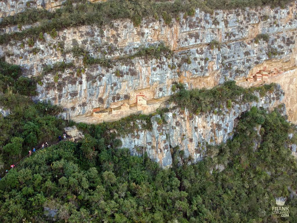 vista aerea de dos complejos de mausoleos en revash