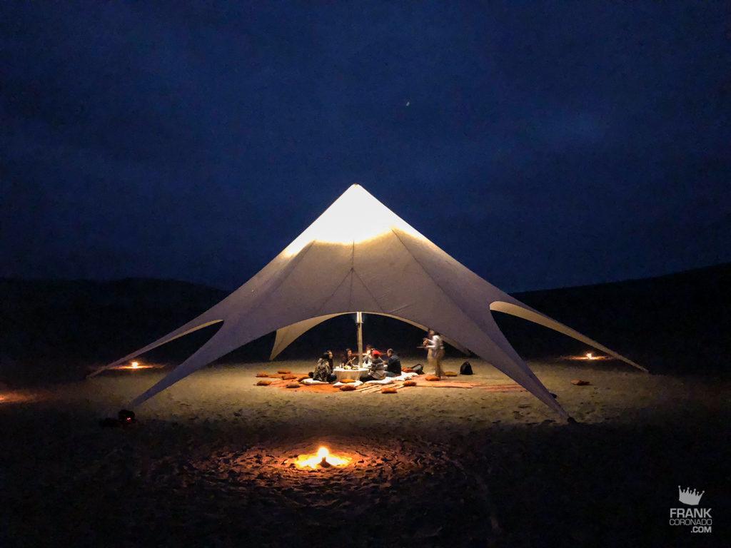 cena en medio del desierto de peru
