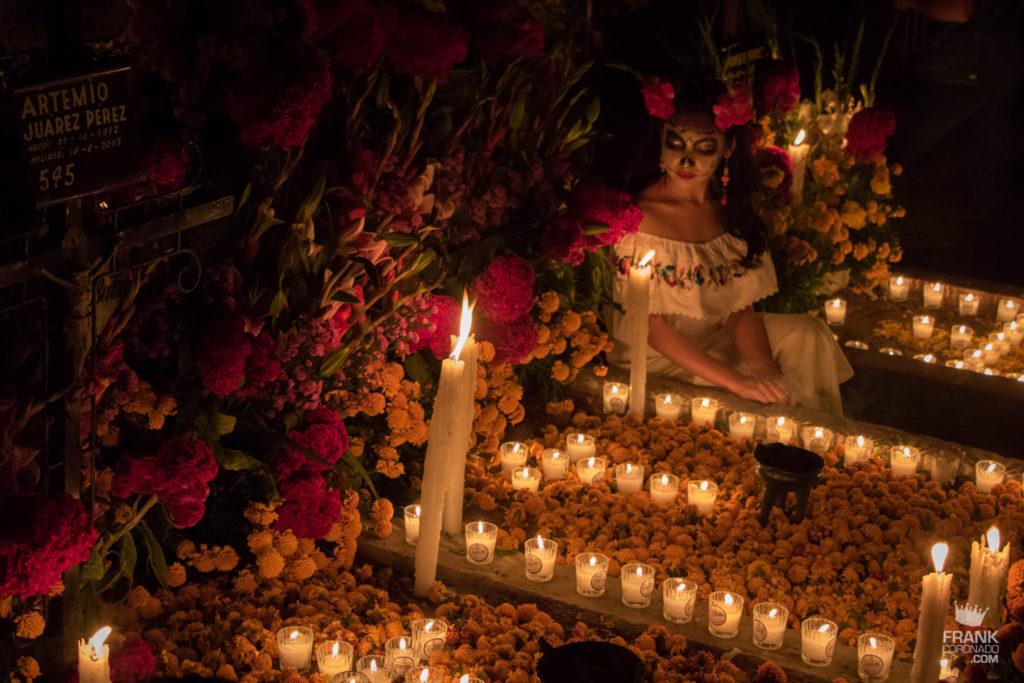celebraciones oaxaqueñas, dia de muertos en el panteon, catrina en panteon