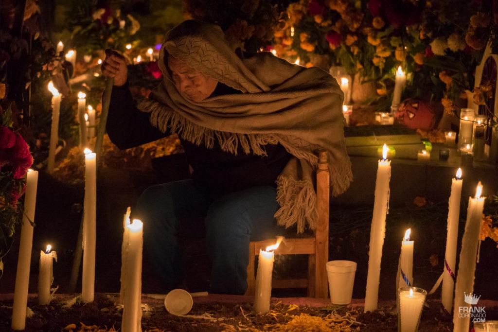 mujer en panteon, panteones dia de muertos, dia de muertos en oaxaca