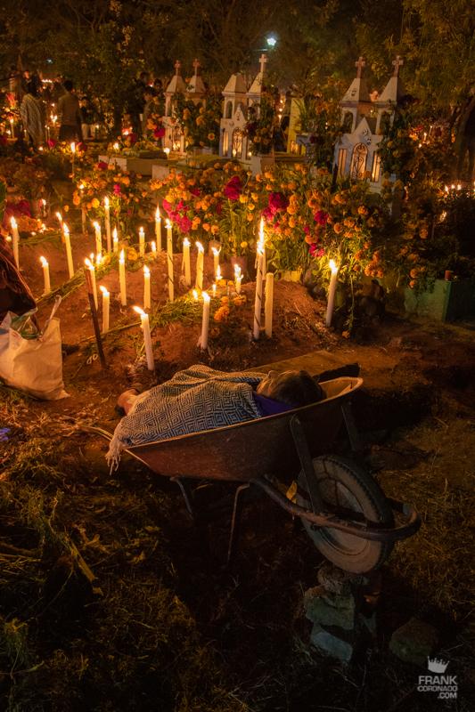 mujer en panteon, dia de muertos en atzompa