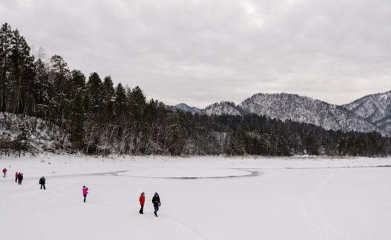 caminata sobre rio katun congelado