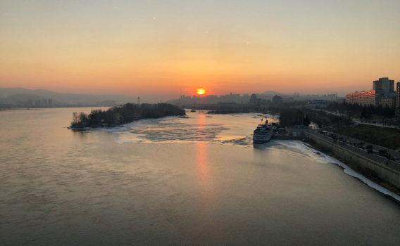 Atardecer en krasnoyarsk junto al rio