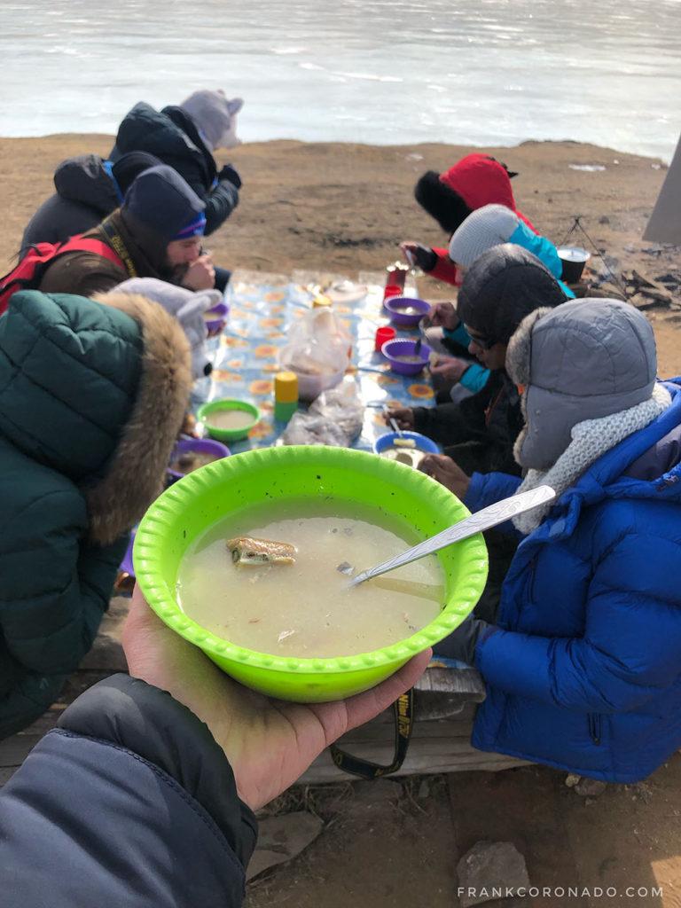 sopa de pescado en lago baikal