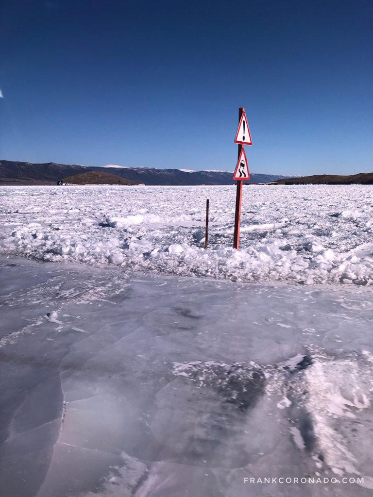 manejar sobre lago baikal congelado
