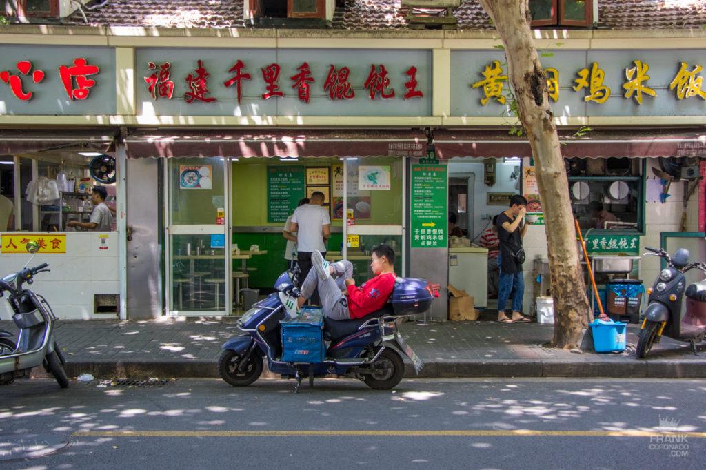 motociclista en shanghai