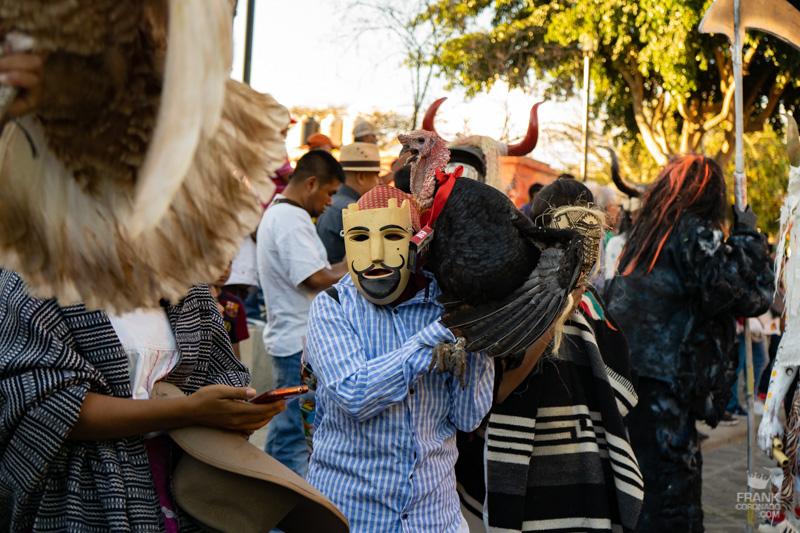 folclor mexicano, mascaras de madera, comparsas de oaxaca