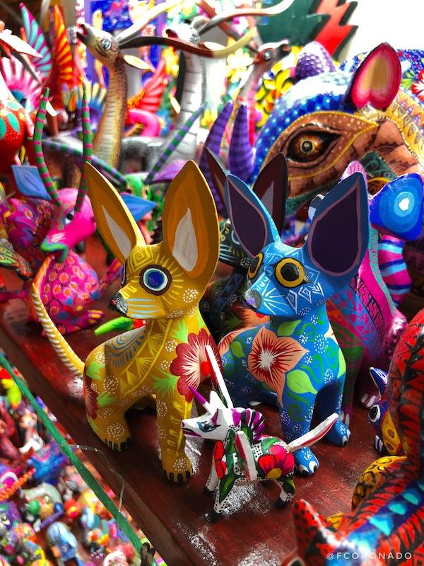 alebrijes de colores, figuras de madera, artesanias de madera