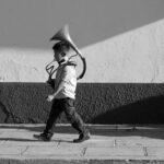 niño caminando con instrumento