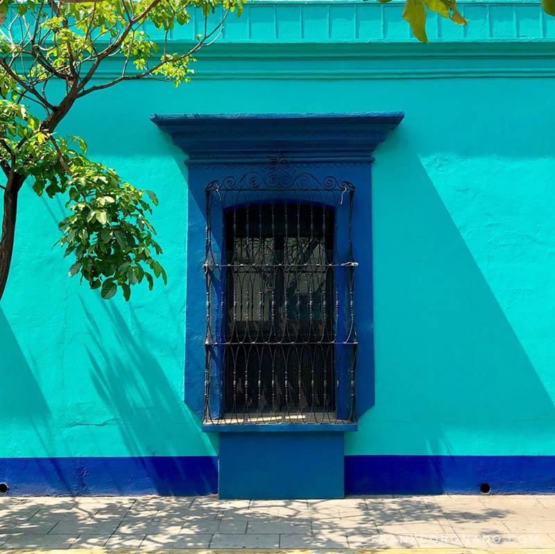 casa verde con azul