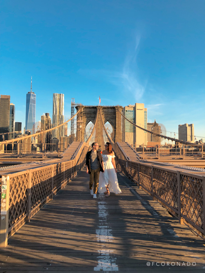 caminando por el puente de brooklyn en nueva york