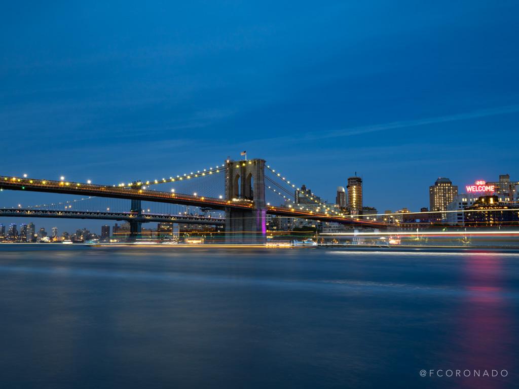 brooklyn bridge de noche con luces