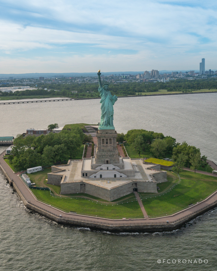 Estatua de la libertad desde un helicoptero