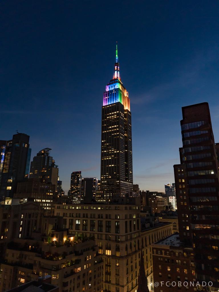 empire estate con colores del arcoiris