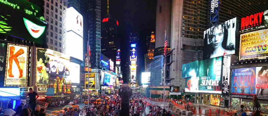 times square de noche lleno de gente