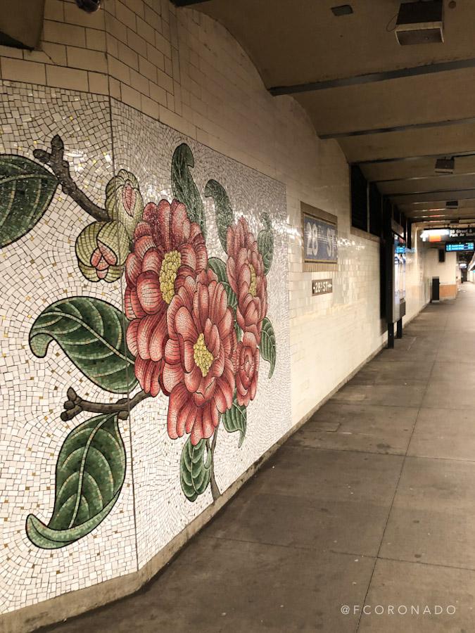 mosaico con diseño de flores en estacion de metro